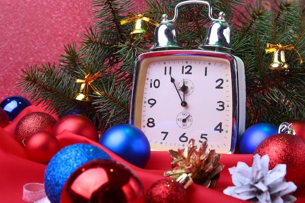 Orologio di natale. decorazione del nuovo anno con le palle e l'albero di natale. concetto di celebrazione per il nuovo anno.