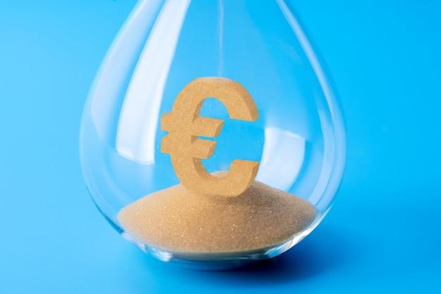 Orologio di sabbia per il concetto di business e cambio valuta