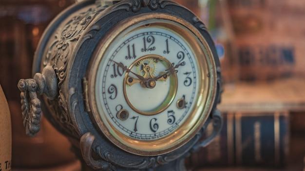 Orologio in metallo antico inciso