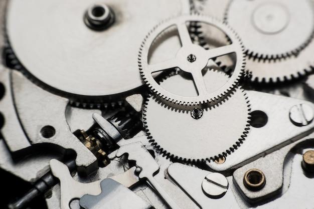 Orologio meccanico / gear clock. chiuda sui denti e sugli ingranaggi dentro il fondo dell'orologio