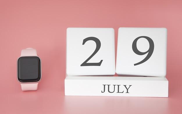 Orologio moderno con calendario cubo e data 29 luglio sulla parete rosa. vacanze estive concetto.