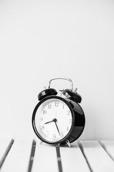 Orologio nero sul tavolo con spazio di copia