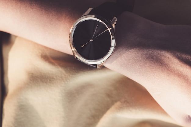 Orologio nero sulla mano di un uomo