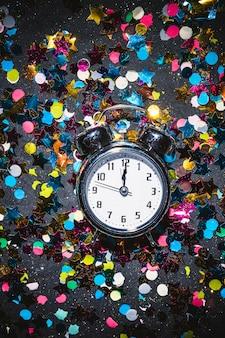Orologio prima di mezzanotte sul pavimento festivo