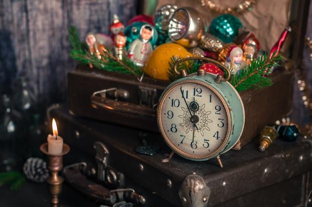 Orologio retrò, valigie, decorazioni per alberi di natale