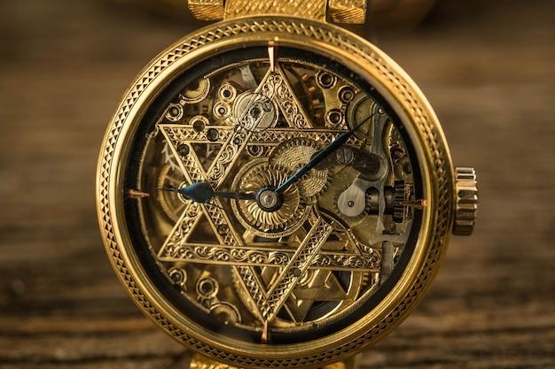 Orologio scheletro d'annata con la stella di david su fondo di legno
