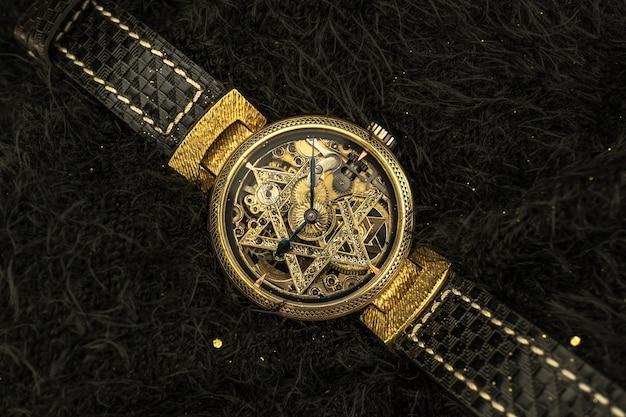 Orologio scheletro d'epoca con stella di david su sfondo di pelliccia nera