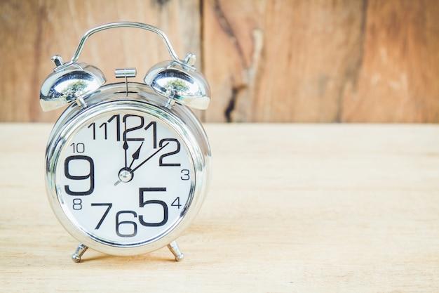 Orologio su sfondo di legno