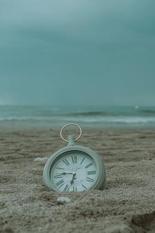 Orologio sulla spiaggia di sabbia