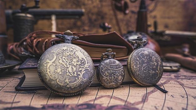 Orologio vintage con vecchia mappa