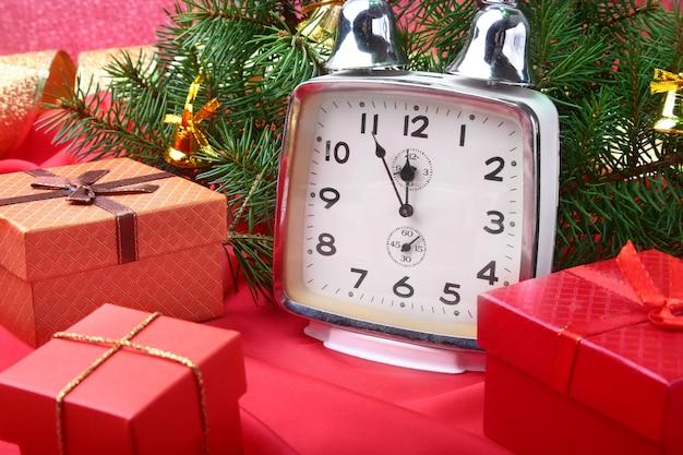 Orologio vintage di natale. decorazione di capodanno con scatole regalo, palle di natale e albero. concetto di celebrazione per il nuovo anno.