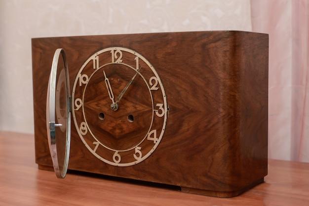 Orologio vintage in legno con coperchio aperto
