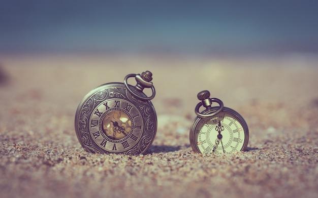 Orologio vintage sulla spiaggia