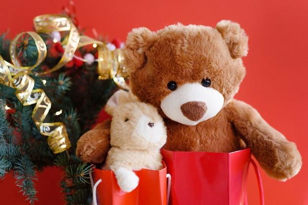Orsacchiotto con decorazioni natalizie e regali