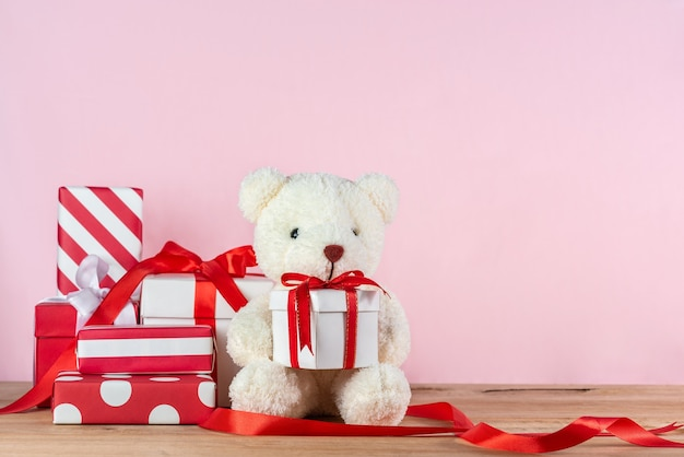 Orsacchiotto con scatola regalo