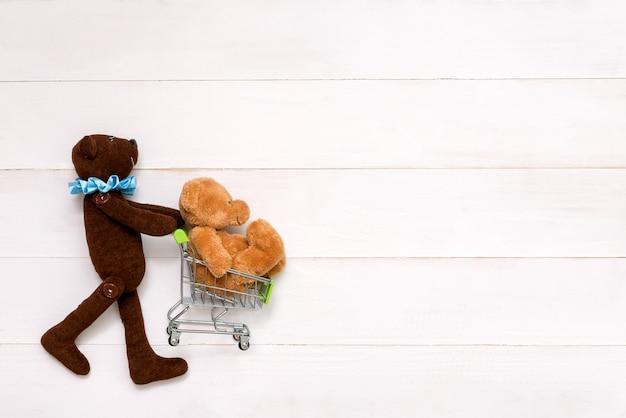 Orsacchiotto con un orso in mano su sfondo bianco