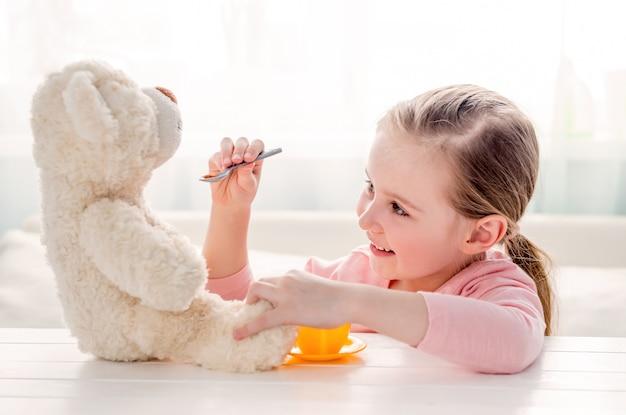 Orsacchiotto d'alimentazione del giocattolo della bambina sveglia