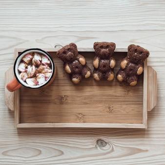 Orsi biscotto e cioccolata calda sul vassoio