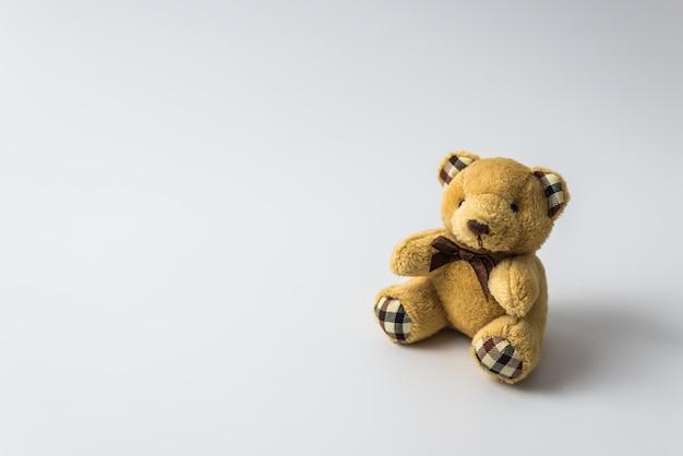 Orso del giocattolo dell'orsacchiotto isolato su fondo bianco