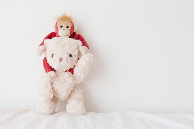 Orso dell'orsacchiotto e scimmia sveglia nell'amore, coppia dolce nel giorno di biglietti di s. valentino