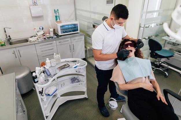 Ortodontista che esegue sbiancamento sul paziente