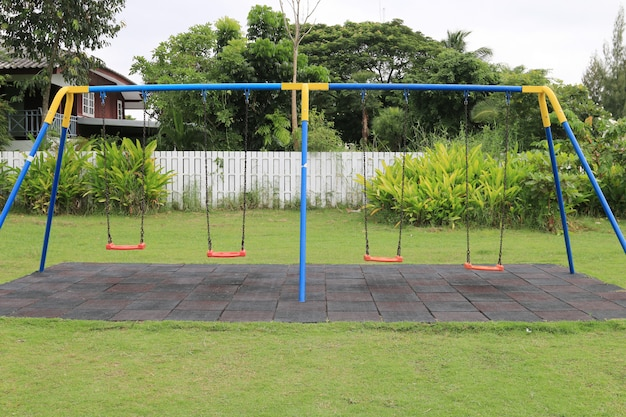 Oscillazioni della catena sul parco giochi per bambini