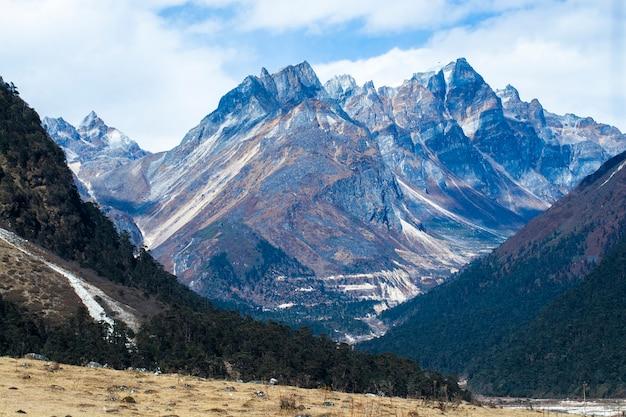 Oscilli i picchi di montagna in himalaya, la valle di yumthang, il sikkim del nord, india