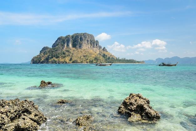 Oscilli la spiaggia ed il mare delle andamane nella provincia di krabi, tailandia