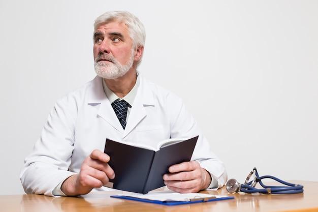 Ospedale di stanza medico persone seduta guardando