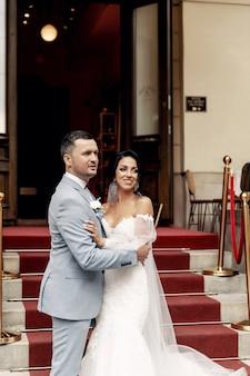 Ospiti gettando coriandoli su sposa e sposo