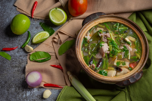 Ossa di maiale tom yum thai food, costolette di maiale tom yum decorate con ingredienti.