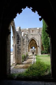 Osservi attraverso l'arco all'abbazia di bellapais in cipro del nord