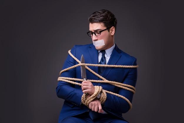 Ostaggio preso uomo d'affari e legato con la corda