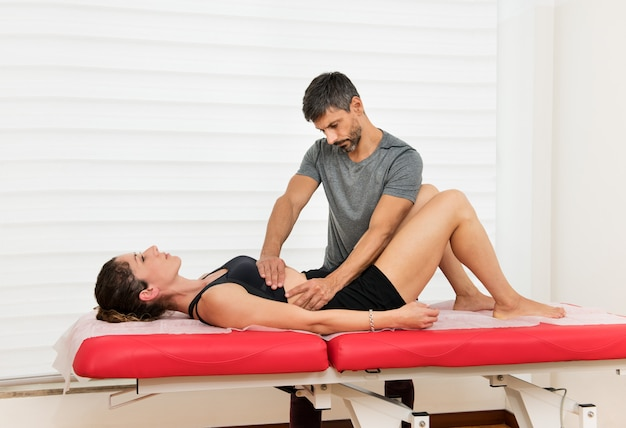 Osteopata che esegue una manipolazione del diaframma