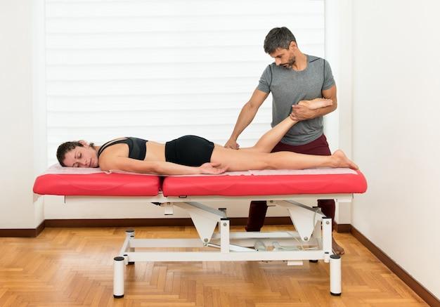Osteopata che fa una manipolazione del tendine del ginocchio