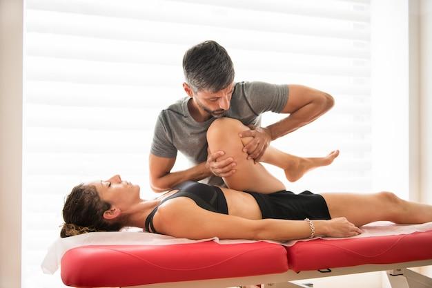 Osteopata facendo una valutazione della mobilità dell'anca