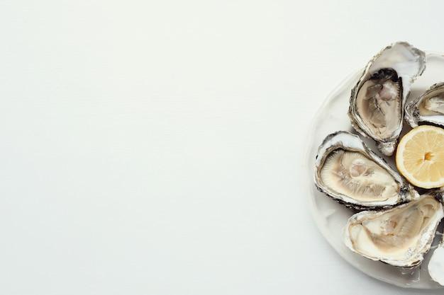 Ostrica fresca con limone su un piatto