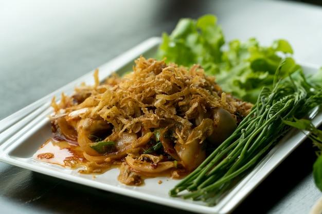 Ostrica piccante dell'insalata dell'alimento tailandese del primo piano con aglio e la verdura fritti