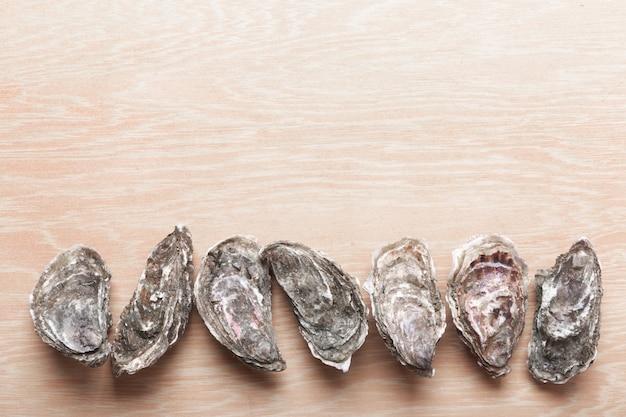 Ostriche chiuse su fondo in legno. frutti di mare sani