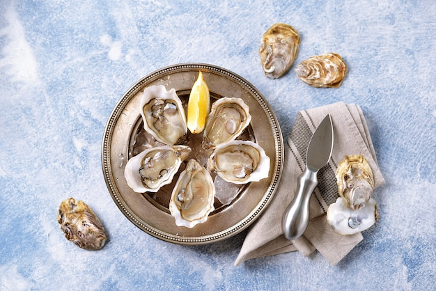 Ostriche fresche dell'oceano su un piatto