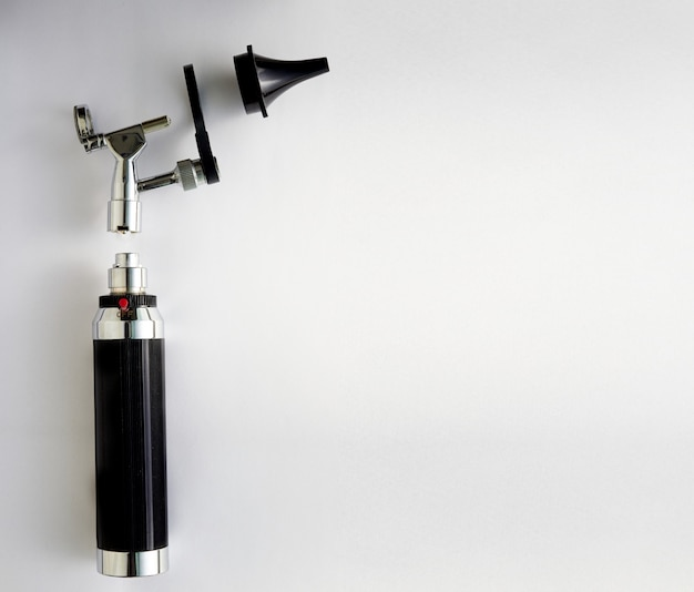 Otoscopio per orecchio da esame medico orl su smontaggio di pezzi con copia spazio