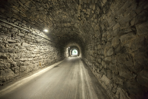 Ottima ripresa dell'ingresso di un vecchio tunnel in pietra dall'altra estremità di un vecchio tunnel in pietra