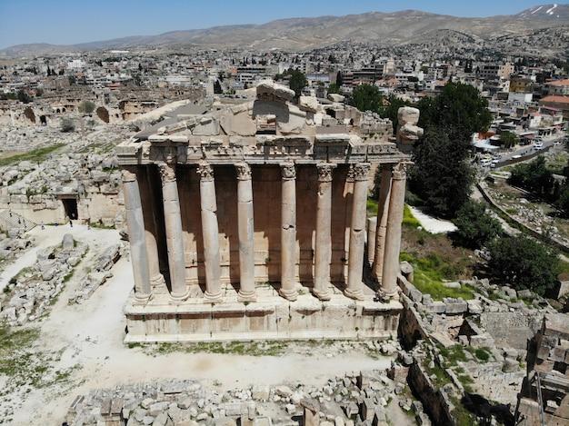 Ottima vista dall'alto antica città di baalbek. il più antico tempio antico. libano. perla del medio oriente. patrimonio mondiale dell'unesco
