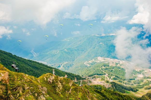 Ottima vista della splendida collina alla calda luce del sole. scena pittoresca e meravigliosa. attrazione turistica popolare.