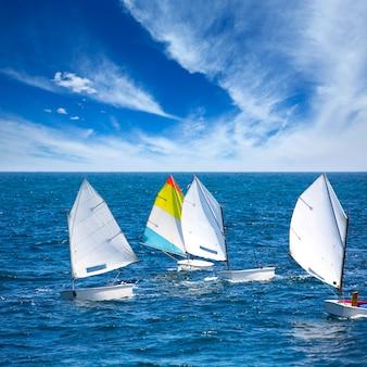 Ottimista delle barche a vela che impara navigare nel mediterraneo a denia