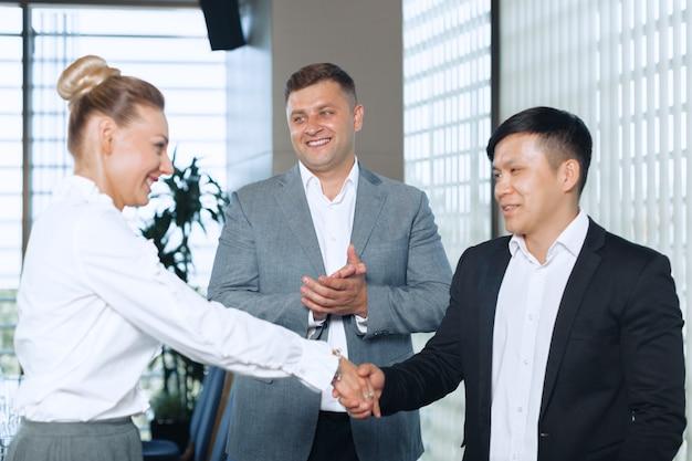 Ottimo lavoro! due uomini d'affari allegro si stringono la mano