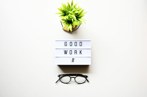 Ottimo lavoro su legno bianco con piante e bicchieri