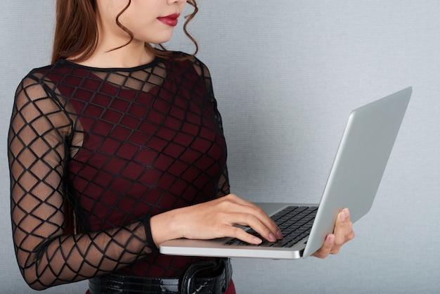 Pa potata che controlla i email sul computer portatile