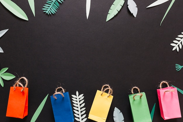 Pacchetti colorati e foglie decorate