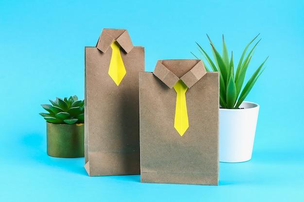 Pacchetti di regali per regali per la festa del papà sotto forma di camicia e cravatta, un regalo per la festa del papà